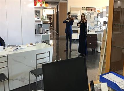 Violinistas tocam de surpresa no showroom da CIMACA